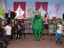 Geddy the Gecko teaches intarnatioal dance..JPG